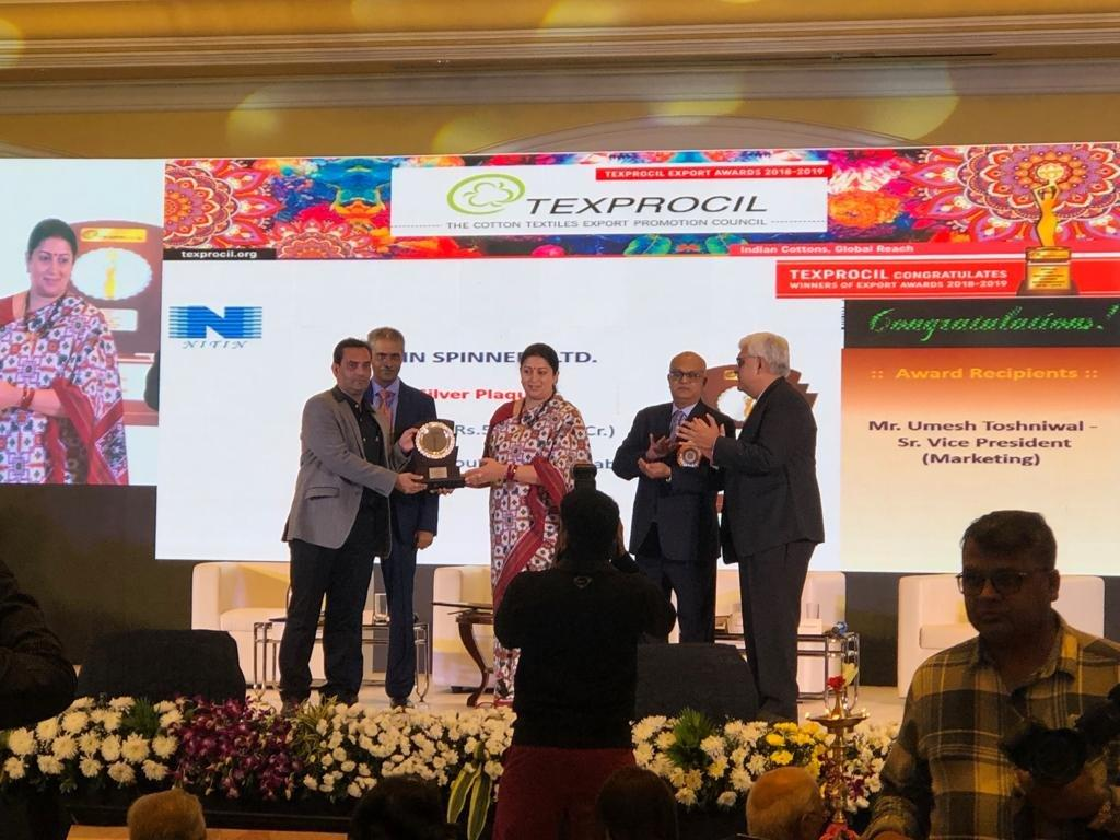 Mr Umesh Toshniwal receiving ''Texprocil Silver Plaque'' from Hon'ble Minister of Textiles Smt Smriti Irani ,for export of yarn above 50 counts for the year 2018-19